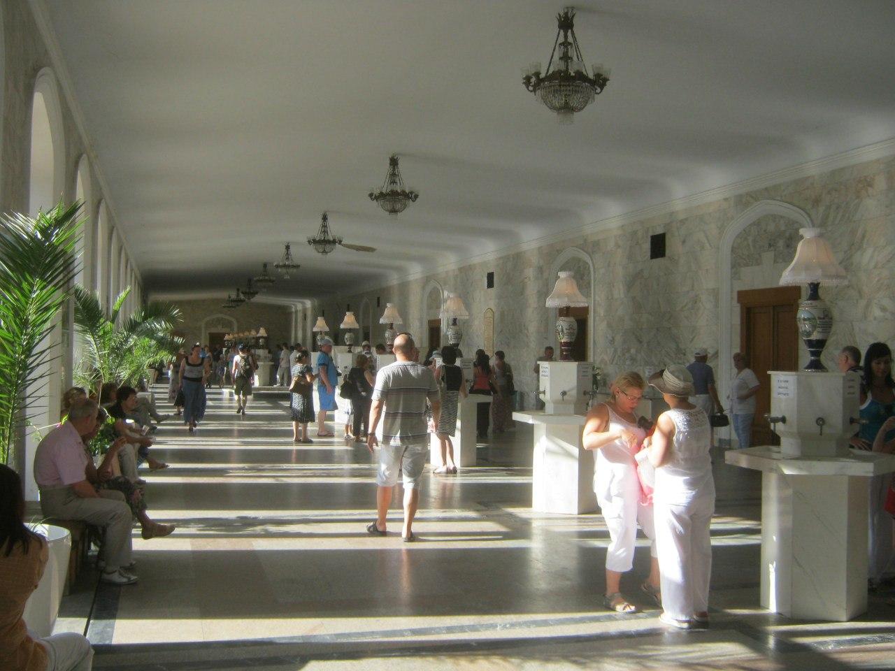 В главной нарзанной галерее Кисловодска