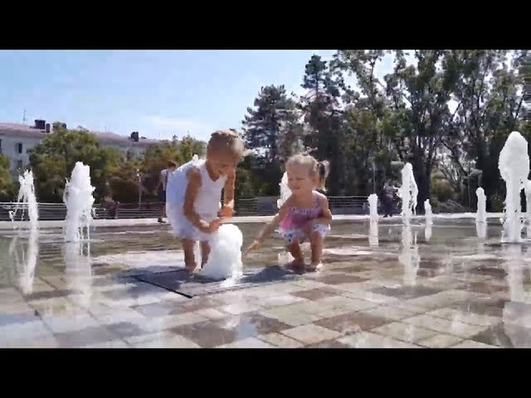 Майя и Ника купаются в фонтане Собака ныряет в фонтан Гуляем по Краснодару