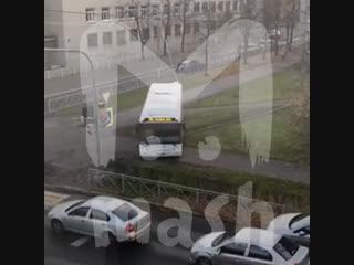 Под Питером водитель автобуса решил срезать