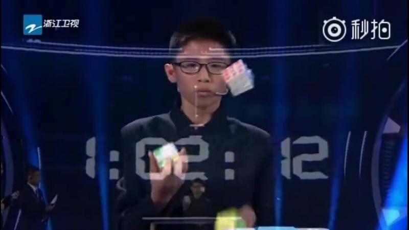 12 летний ребенок собирает три кубика Рубика во время жонглирования Рекорд