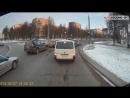 В Гродно Porsche Cayenne с российскими номерами поехал на красный по газону и тротуару.
