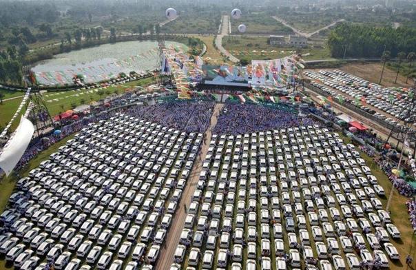 Алмазный магнат подарил сотрудникам своей компании 600 автомобилей Maruti Suzuki Индийский алмазный магнат, Савджи Дханджи Дхолакия, подарил сотрудникам своей компании 600 автомобилей Maruti
