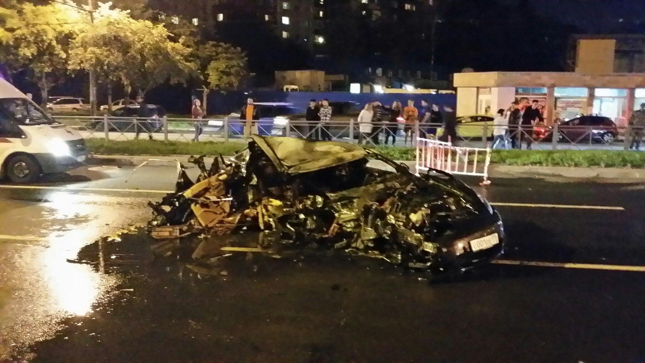 ДТП вПетербурге: после столкновения сфурой сгорел дотла Порш