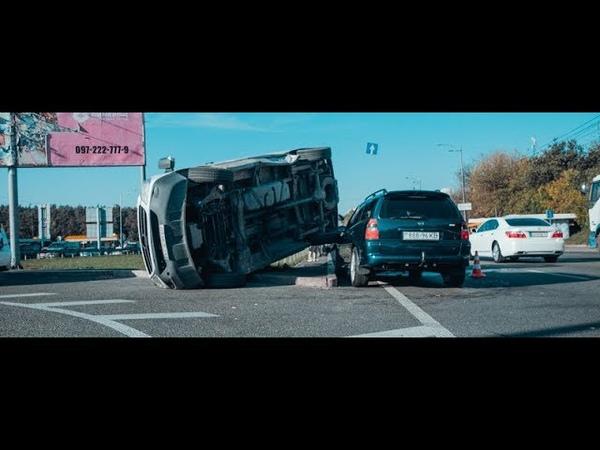 На окружной микроавтобус Mercedes столкнулся с Opel, перевернулся и застрял в отбойнике