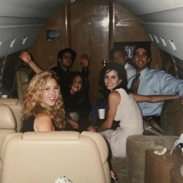 Замечательные актеры из Friends в самолёте.