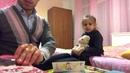 Папа играет с дочкой в доктора