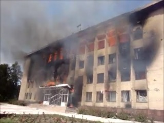 Дзержинск. Террористы при отступлении сожгли горадминистрацию.