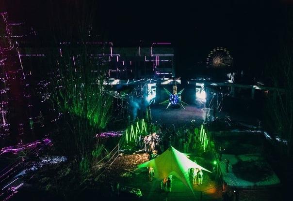 В Припяти презентовали арт-инсталляцию и устроили вечеринку В заброшенной Припяти в зоне отчуждения презентовали арт-инсталляцию и провели танцевальную вечеринку, участники которых были в