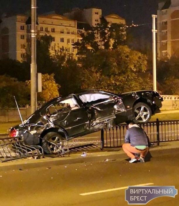 """Ночью на Пионерской автомобиль """"запрыгнул"""" на разделительное ограждение"""