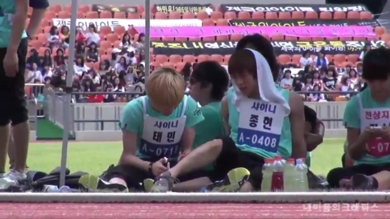110827 Taemin casually trimming Jjong's leg hair during ISAC