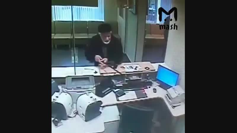 Криминальный авторитет по кличке Тимур Грузин разнёс посохом отделение Сбербанка в Москве