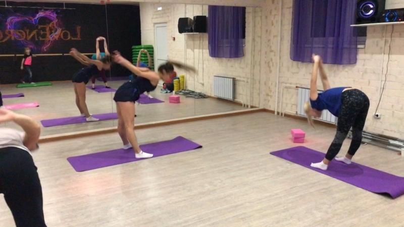 Шпагат, тренировка в Lovenergy, фитнес клуб на тополиной аллее.