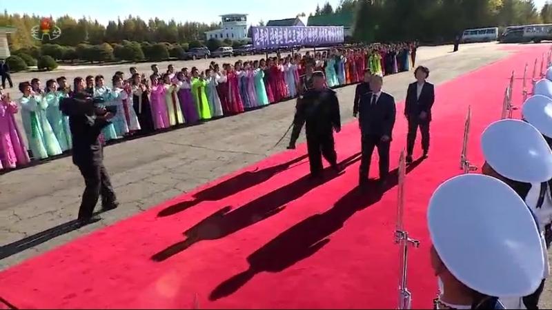 문재인대통령과 일행 삼지연을 출발 경애하는 최고령도자 김정은동지께서 삼지연비행장에서 문재인대통령을 바래워주시였다