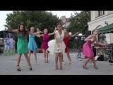 Танец с засветами красивой невесты и её подруг