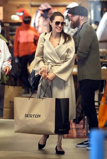 Анджелина Джоли с сыном Паксом Бейонсе и Jay-ZЭдди Редмэйн