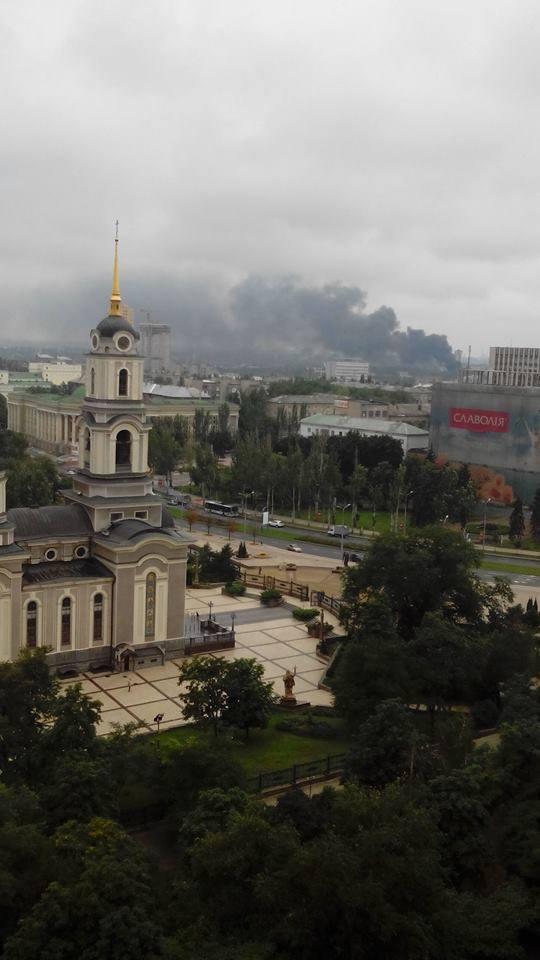 Столб черного дыма в Донецке