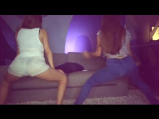 Бухие школьницы на вписке трясут жопами перед парнями  пьяные телки жгут студентки вписка тусовка вечеринка засвет попки секс