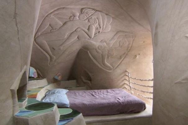 25 лет в полном одиночестве он создавал подземный сказочный мир Скульптор-самоучка Ра Полетт на протяжении 25 лет каждый день работает в пустынных скалах Нью-Мехико, где вырезает волшебные