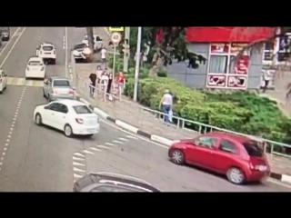 В Дагомысе на ост.Чайфабрика страшная авария. Сбили людей, которые стояли на ТРОТУАРЕ._480p.mp4