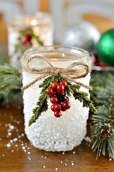Подсвечник Понадобиться: - стеклянная баночка - клей ПВА - соль с крупными кристаллами (например, морская или белая поваренная) - кусок шпагата (веревка) - декоративная веточка Густо смажьте баночку клеем ПВА. Сверху обильно посыпьте солью. Когда все высохнет, привяжите декор шпагатом к баночке, внутрь которой поместите свечу. Остается только зажечь фитиль свечи и любоваться.
