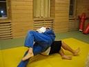 Использование движения противника при взятии захвата на примере броска через спину с колен.