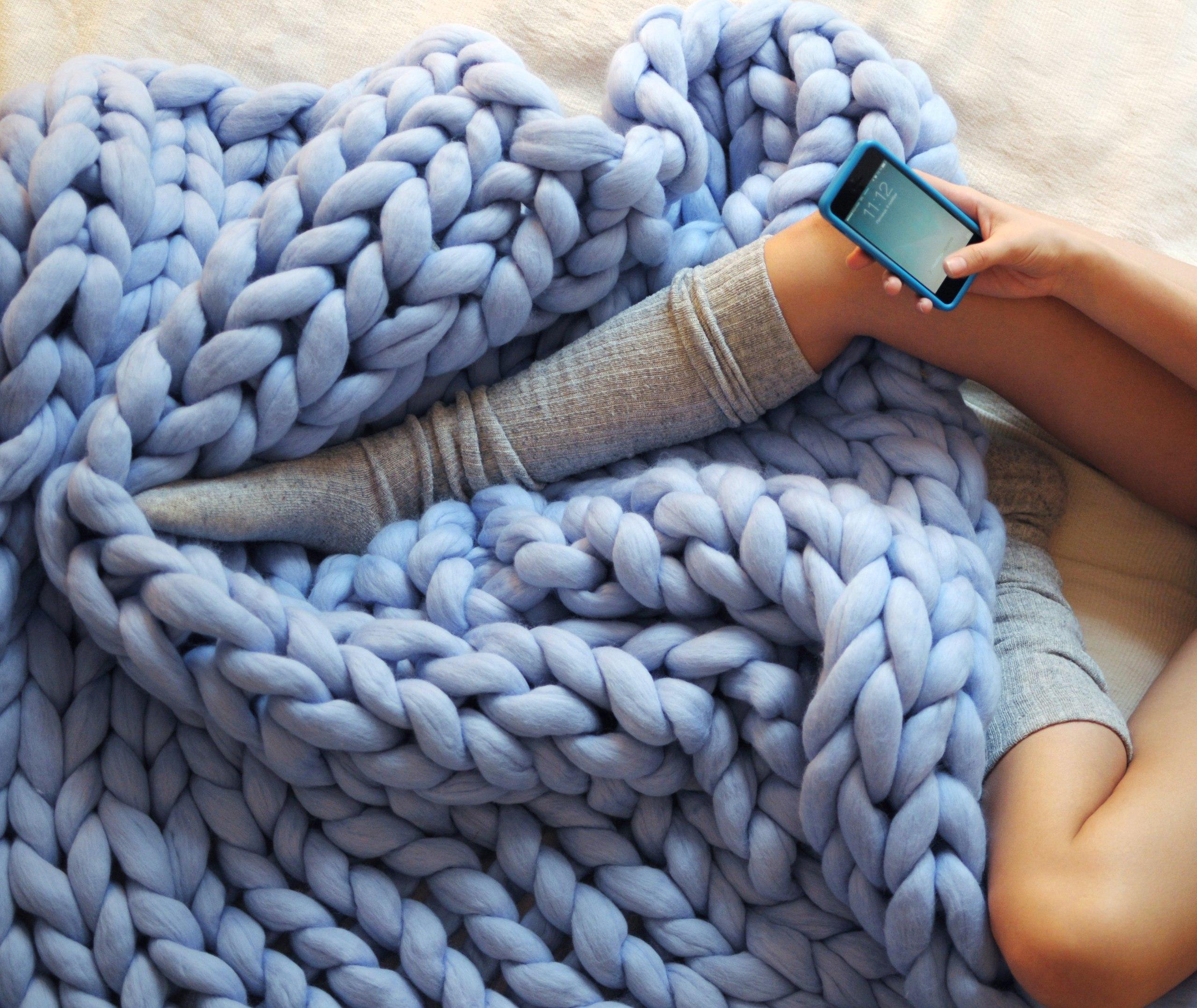 Вязанное одеялко из толстой пряжи-
