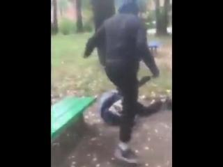 - Это Смоленск. Это российские подростки которые просто убивают своего ровесника. Такие видео уже стали обычными в России.