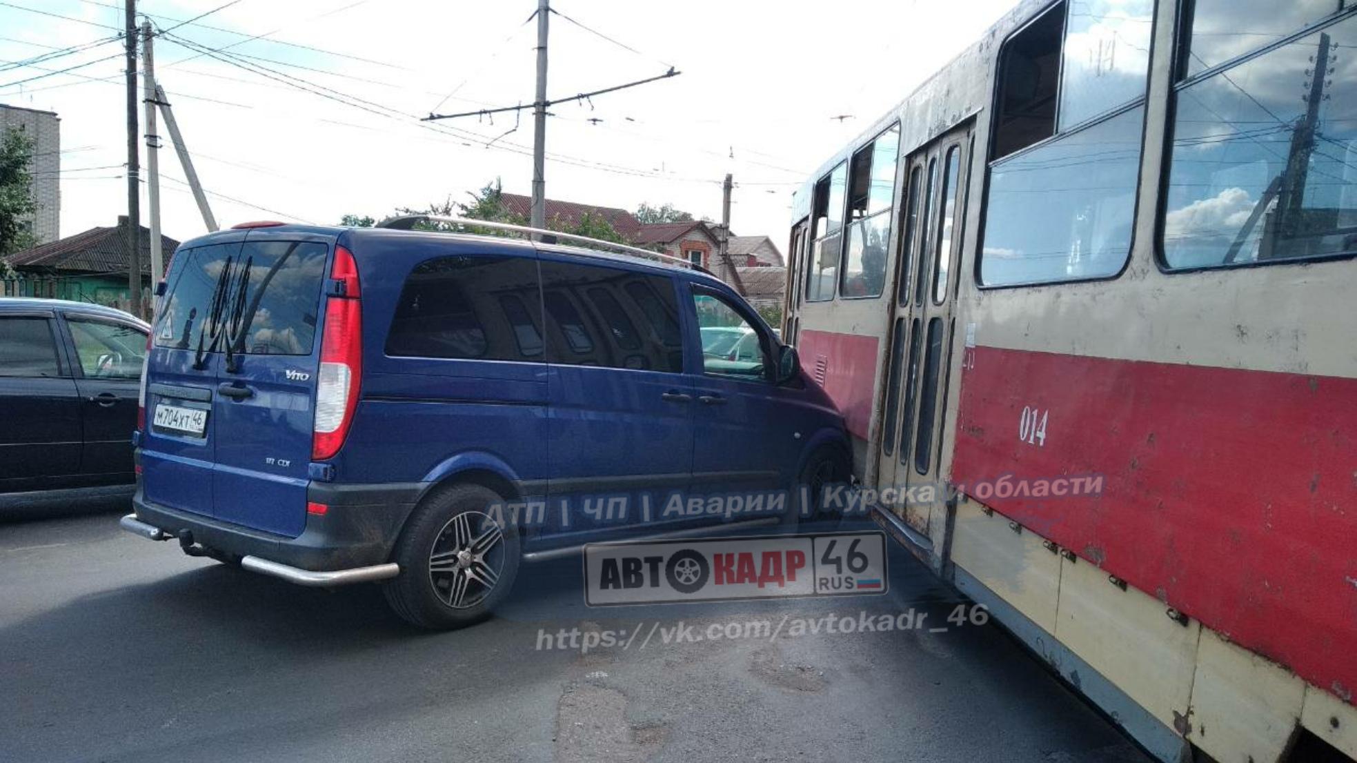 В Железнодорожном округе минивэн врезался в трамвай