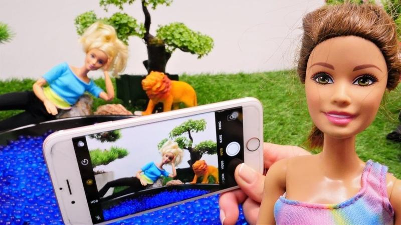 Muñecas sacan las fotos. Barbie vídeos para niñas.