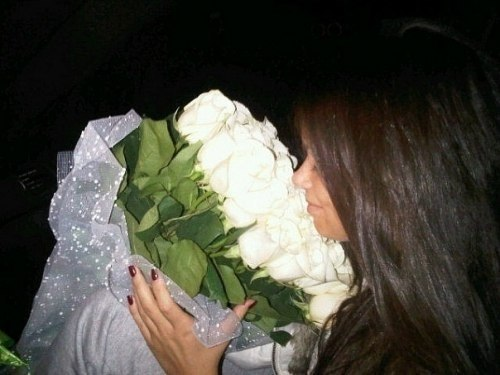 Фото девушек с белыми розами в руках