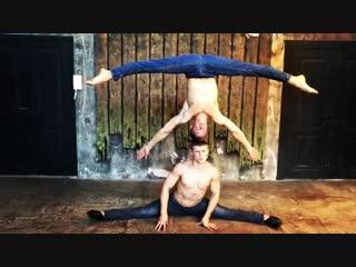 Strength of Body. Два друга, которые показывают невероятные акробатические трюки.Очень красиво и сильно