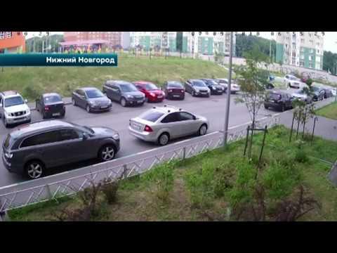 Видео в Нижнем Новгороде автоледи устроила массовое ДТП выезжая с парковки