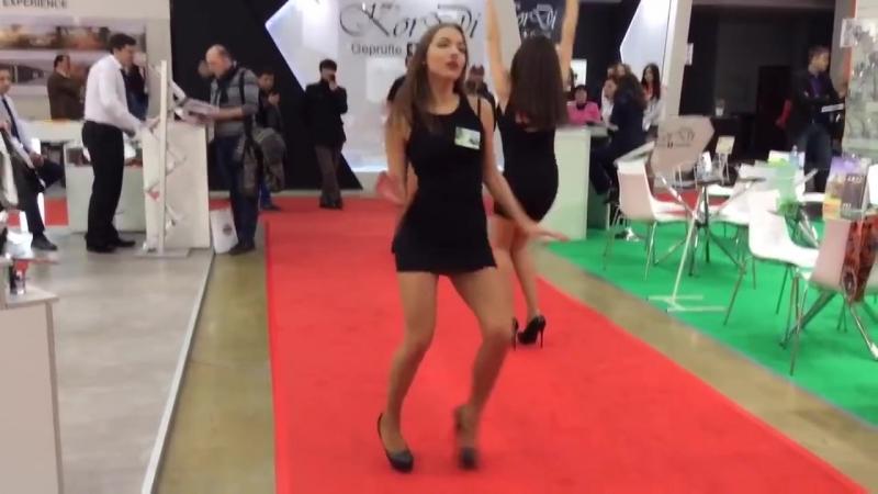 Девушки в коротких мини платьях ножки в колготках в туфлях на высоких каблуках шпильках Girls legs in pantyhose and mini skirt » Freewka.com - Смотреть онлайн в хорощем качестве