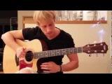 парень играет на гитаре  душевную красивую музыку