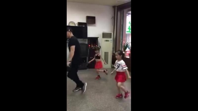 Прекрасное трио, папа танцует с дочками