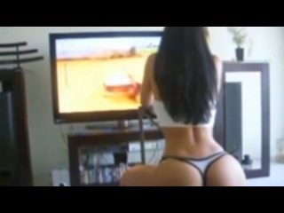 Шикарная девушка играет гонки в Xbox