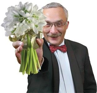 Мужчина дарит тебе цветы с