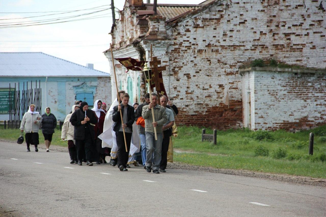 Крестный ход на центральной улице посёлка (04.07.2014)