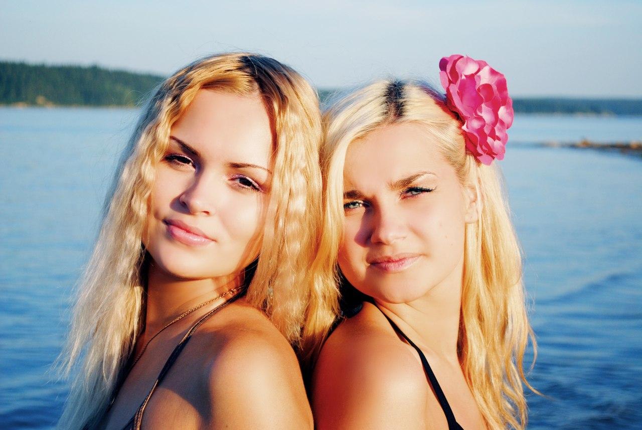 С двумя блондинками 16 фотография