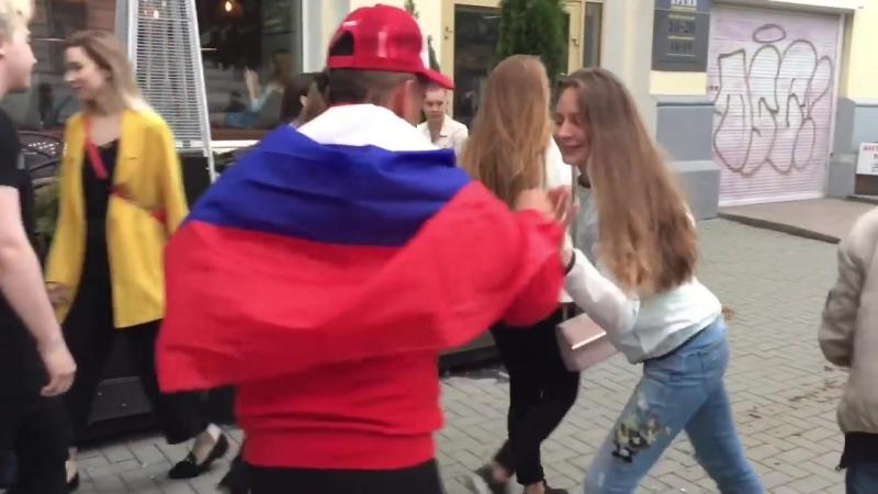 Перуанские болельщики приглашают танцевать на улицах Екатеринбурга