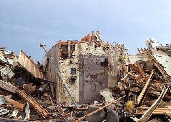 10 сотрудников и 5 посетителей банка в Оклахоме переждали торнадо в этом сейфе.