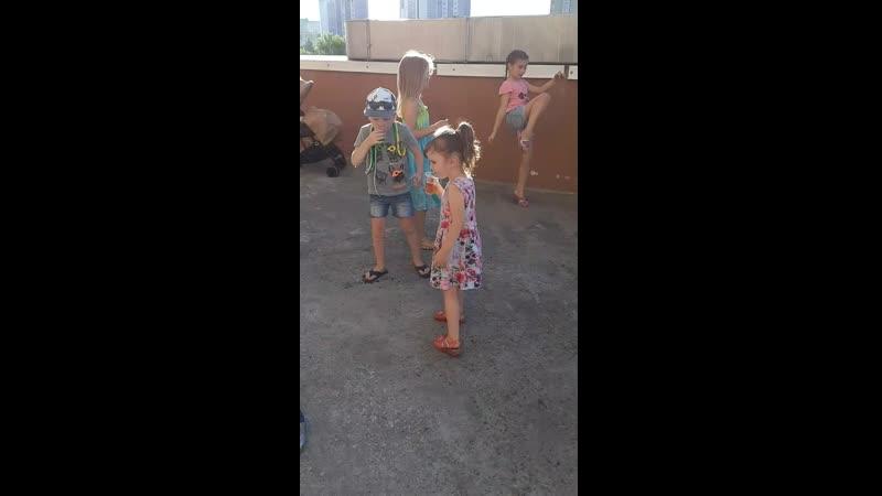 Детская туса на заднем дворе)