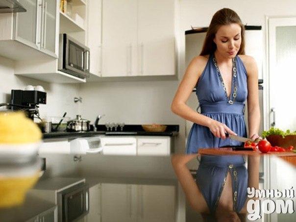 СОВЕТЫ ХОЗЯЮШКАМ Жиры, оставшиеся от жарения, залейте холодной водой и прокипятите. Вода извлечет все запахи. Жир при жарении меньше разбрызгивается, если на сковороду посыпать немного соли. Масло быстрее взбивается, если нарезать его кусочками, положить в миску и поставить в кастрюлю с горячей водой. Когда масло размякнет (но не распустится), его ставят в холодное место и взбивают. Чтобы сохранить сыр от высыхания, надо положить на тарелочку рядом с сыром кусочек сахара и накрыть другой…
