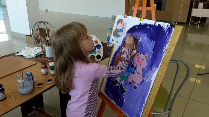 Кира рисует Мэйбл и поросенка Пухлю.