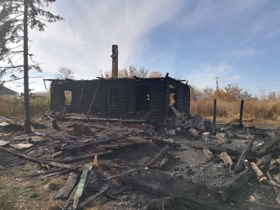 В поселке Чертинский 1 октября 2018 сгорел дом