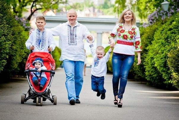 Типова галицька родина в вишиванках