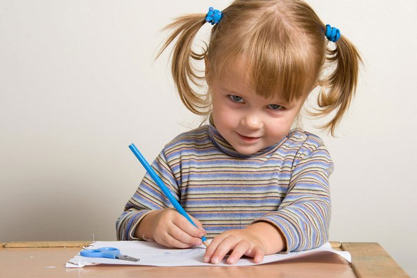 ✏ ПОДГОТОВКА К ПИСЬМУ.ГОТОВИМ РУКУ. Тренируем пальчики Для успешного обучения в школе малышу необходимо обладать довольно высоким уровнем развития зрительно-моторной координации. Иными словами, он должен уметь четко согласовывать мелкую моторику пальчиков с движением глаз. Все эти навыки просто необходимы при обучении письму, да и уровень развития речи и мышления также во многом зависит от степени развития мелкой пальчиковой моторики. Позаботиться об укреплении мышц руки нужно заранее.…