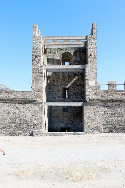 А вот типичная башня. Три «пола» подошвенного боя тут не было, просто земля высоко, по стенам мало ходили, видимо, были какие-то деревянные штуки.