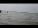 Центральный пляж Аниматор отправляет банан в плаванье
