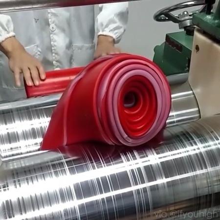 Раскатывают силикон Это вам не полимерная глина